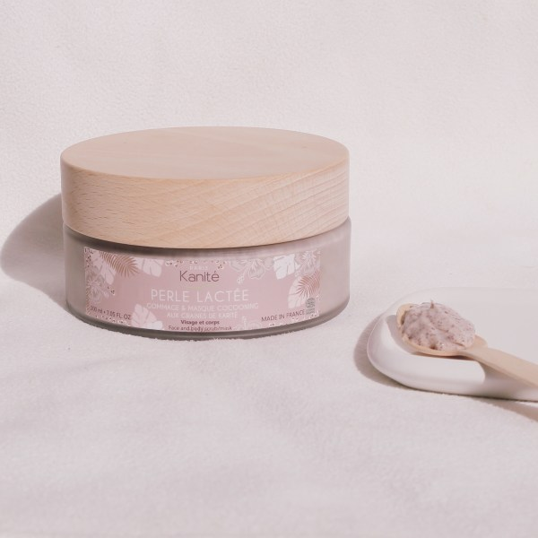 setting in situation of the product with a wooden spoon posed at side