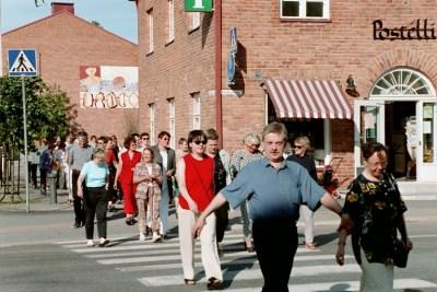 2001 VÄRINÄ 3 yleisöä Postellin edessä