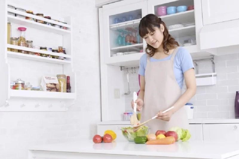 野菜サラダを作る女性