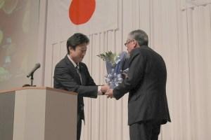 長年にわたり代表取締役社長として指導して頂いた濱口相談役顧問に、社長より花束を贈呈。