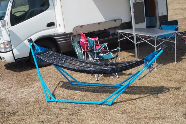 デイキャンプ ハンモックとキャンピングカーとテーブルセット