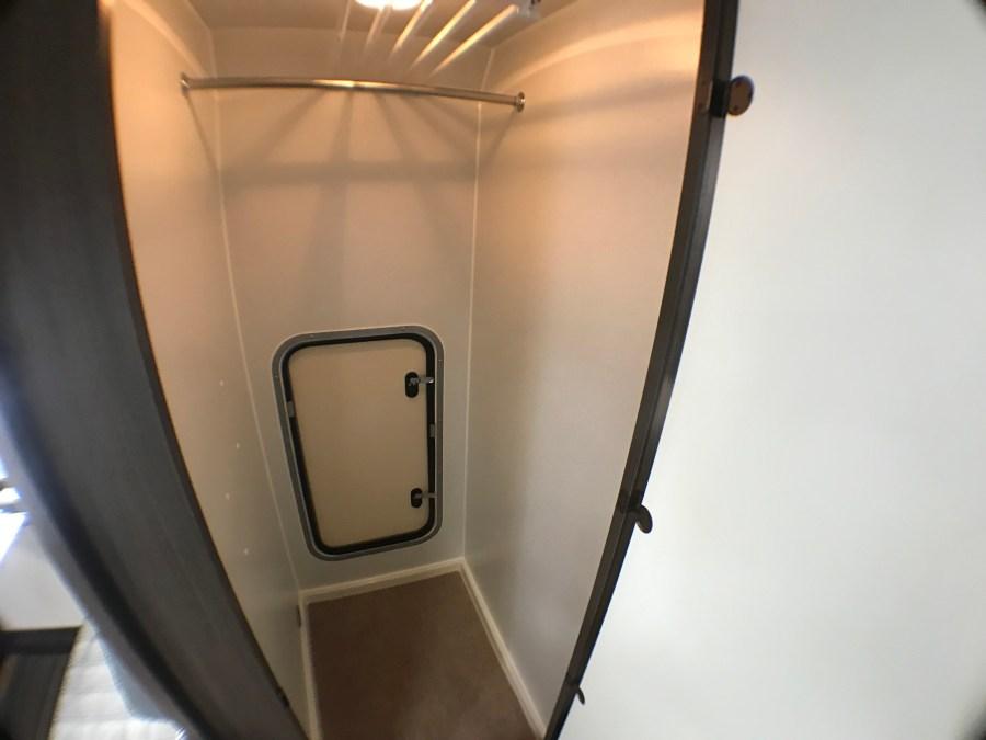 フリールーム完備 ポータブルトイレを置いてトイレ室としても良し! 収納として使用できます 冬季はFFヒーターで暖房可能なので、スキーシューズやスノボウェアの乾燥室としても利用できます キャンピングカーレンタル滋賀カノアカーレンタル 東和モータースヴォーンR2B
