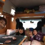 キャンピングカーの中でトランプ遊び キャンピングカーバンテックZIL(ジル) 滋賀県長浜市のキャンピングカーレンタル滋賀 カノアカーレンタル