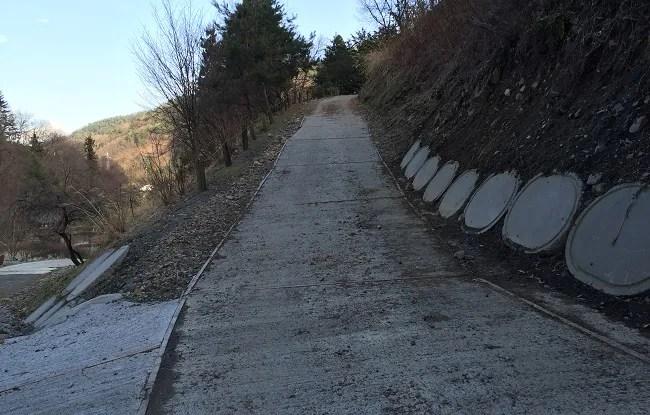 ウエストリバーオートキャンプ場のFサイトへの坂道を下から見た写真