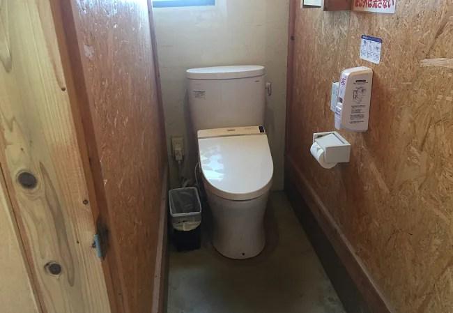 ふもとっぱらのセンターハウス横トイレの個室
