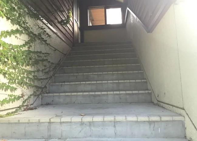 月山あさひサンチュアパークの炊事棟2階への階段