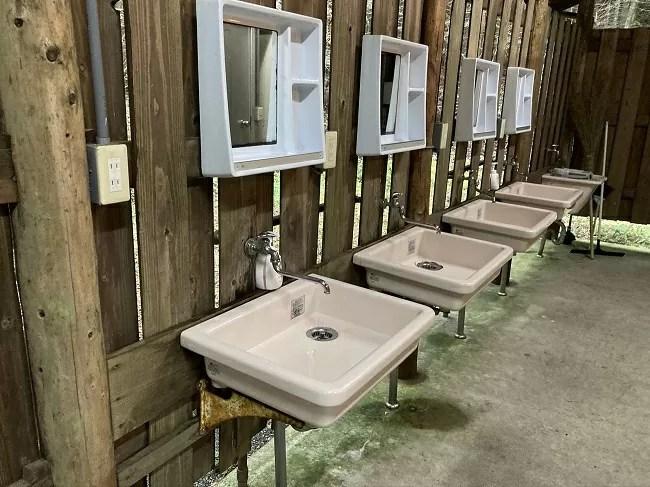 富士オートキャンプ場ふもと村のトイレ棟の洗面台