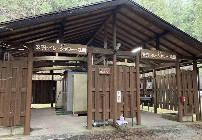 富士オートキャンプ場ふもと村の炊事棟とトイレ