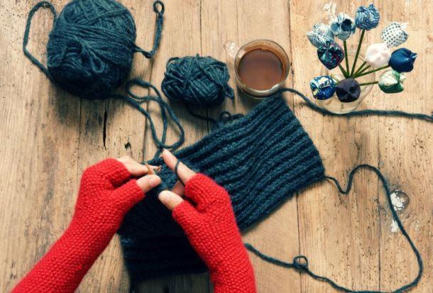 Kansas City Holiday Markets, Bazaars and Craft Fairs - pair of hands knitting