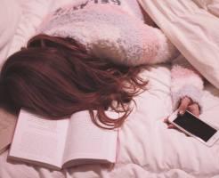 読書中に寝てしまった女性のイメージ画像