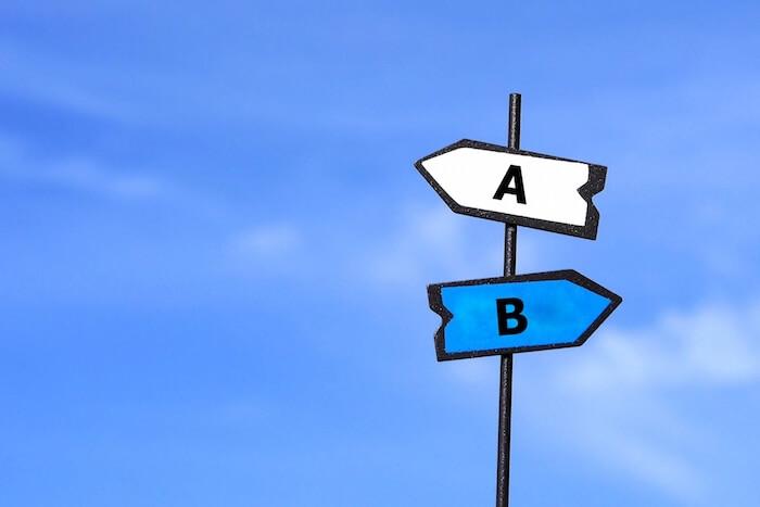 AとBの分かれ道を示す看板の画像