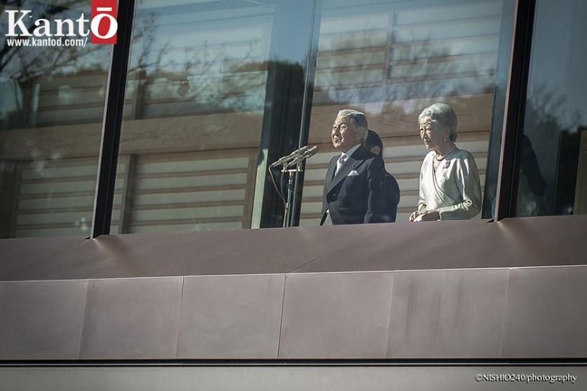 El emperador Akihito y su esposa la emperatriz Michiko, saludan a los ciudadanos japoneses desde el balcón del palacio Imperial en Tokio