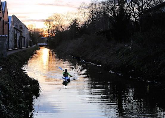 Tom Hards pendelt mit dem Kanu zur Arbeit und zurück