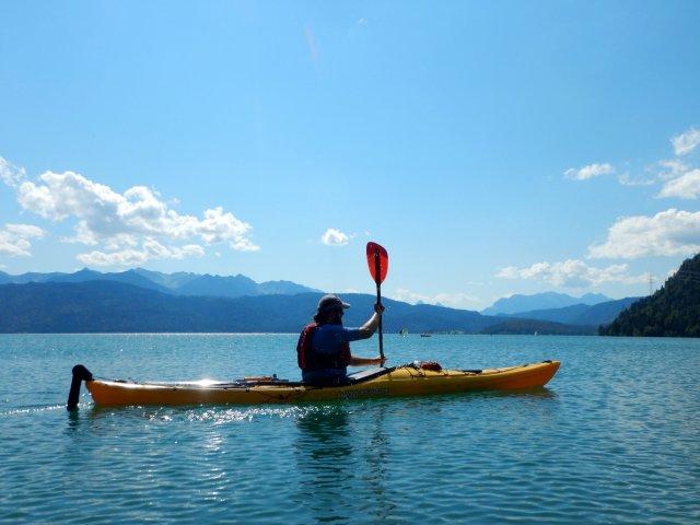 Tourenkajaks, sind Kajaks für alle Wasser. Hier auf dem Gebirgssee.