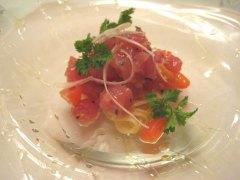 メジマグロとトマトをトッピングした冷製パスタ