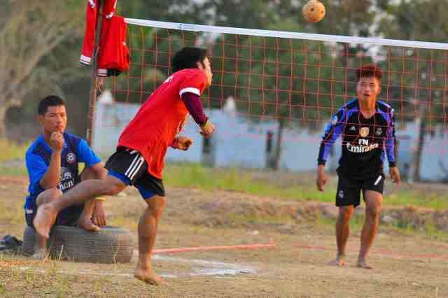 jeunes joueurs en pleine partie de takraw