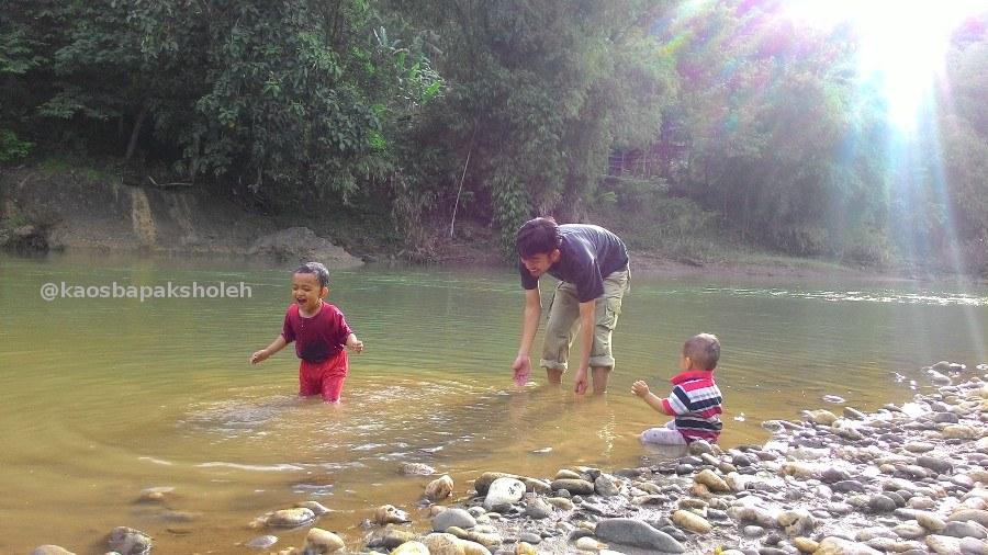 Liburan di Jogja, Ayah & Anak Bermain Di Sungai