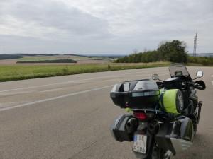 """Ganz hinten sieht man die """"richtige"""" Autobahn"""" (Bild eventuell vergrößern?)"""