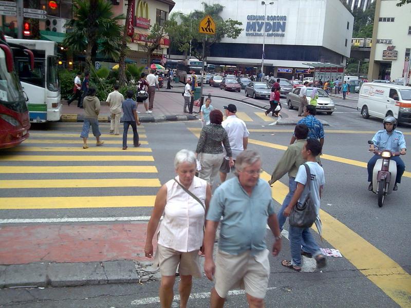 orang berkulit putih berjalan-jalan di puduraya..aku amik gambar masa dalam bas on d way balik ke manjung, perak.