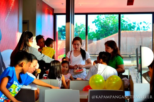 Cabalens enjoying first hours of Jollibee store oeprations
