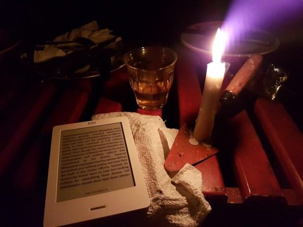 Lezen bij kaarslicht in Pikien Santi