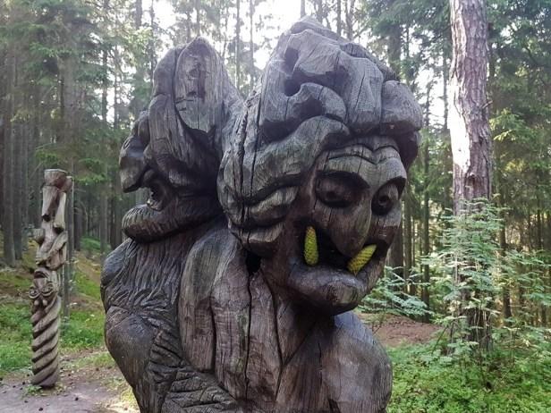 Volkskunst in het bos van Curonian Spit