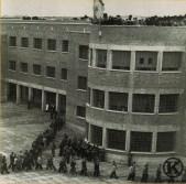 Desfile de presos ante las autoridades el día de la inauguración de la cárcel de Carabanchel (22 de junio de 1944)