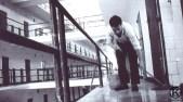 Preso limpiando una de las galerías de la cárcel de Carabanchel (1975)
