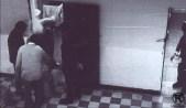 Presos repartiendo comida en la cárcel de Carabanchel (1976)