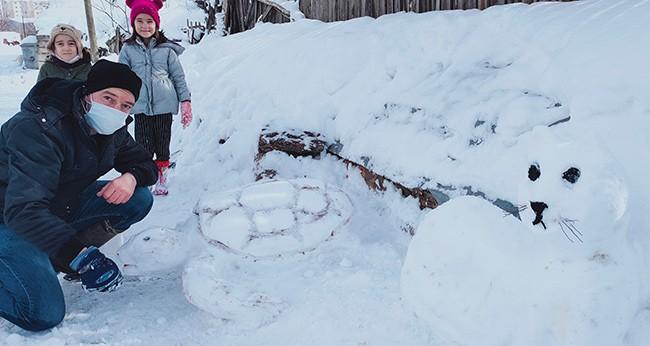Çocukları için kardan yaptığı eserler büyük ilgi görüyor