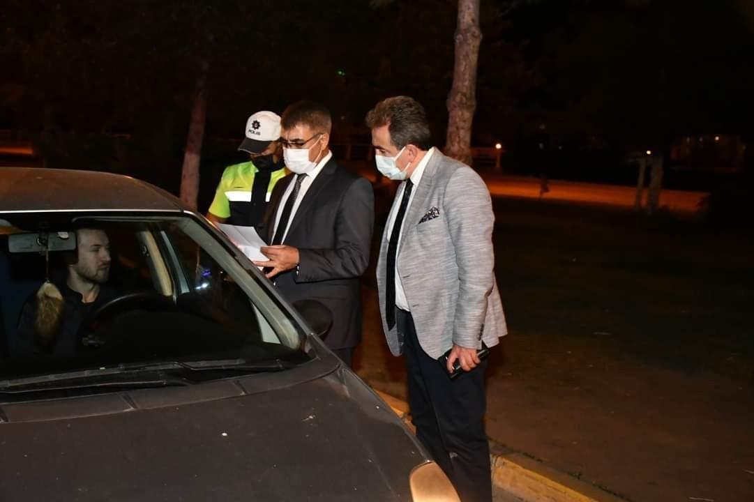 Vali Gürel, uygulamala noktalarında sürücülerin izin belgelerini kontrol etti