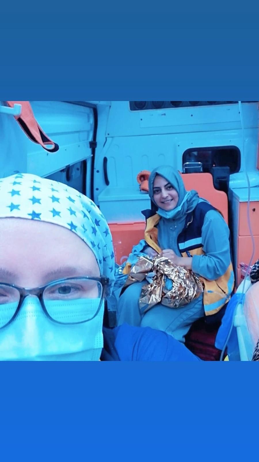 Sancıları başlayan kadın hastaneye kaldırılırken ambulansta doğum yaptı