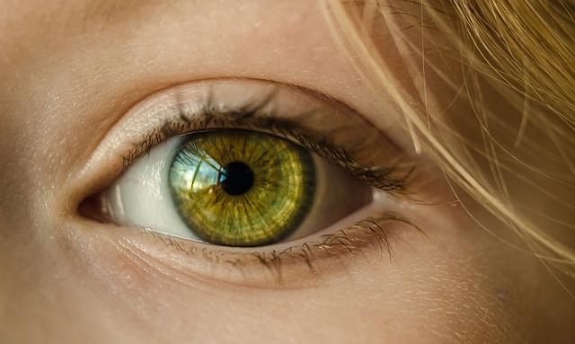 目の周りがポツポツ痒い!蕁麻疹ができる原因とその対応