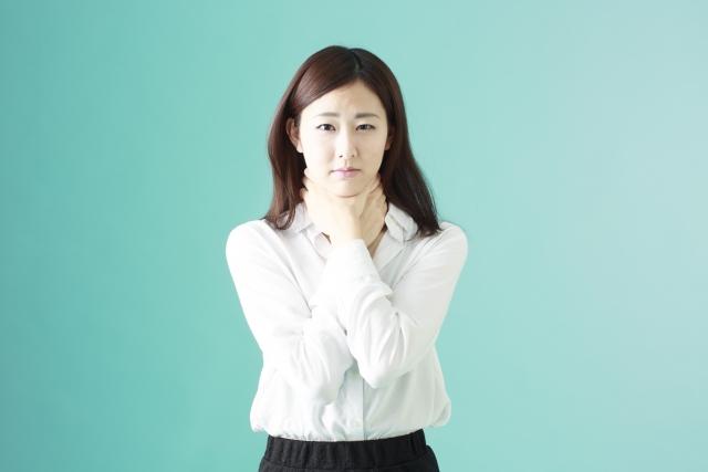 喉の奥の違和感と吐き気が…原因と対処法について