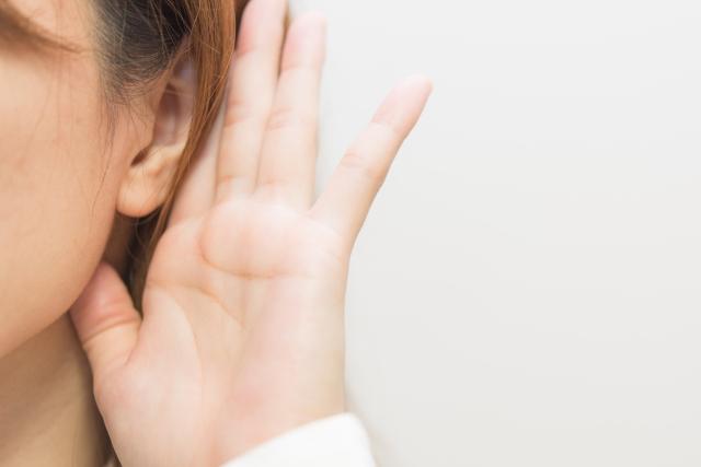 耳の違和感…くすぐったいのはなぜ?原因と対処法