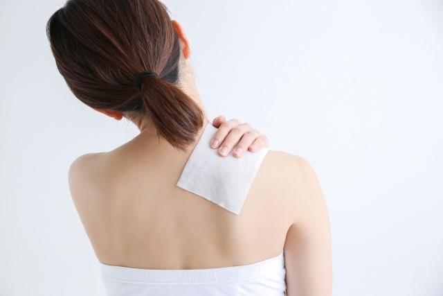 肩こりや背中の張りを緩和するのに効果的な湿布の選び方と貼り方