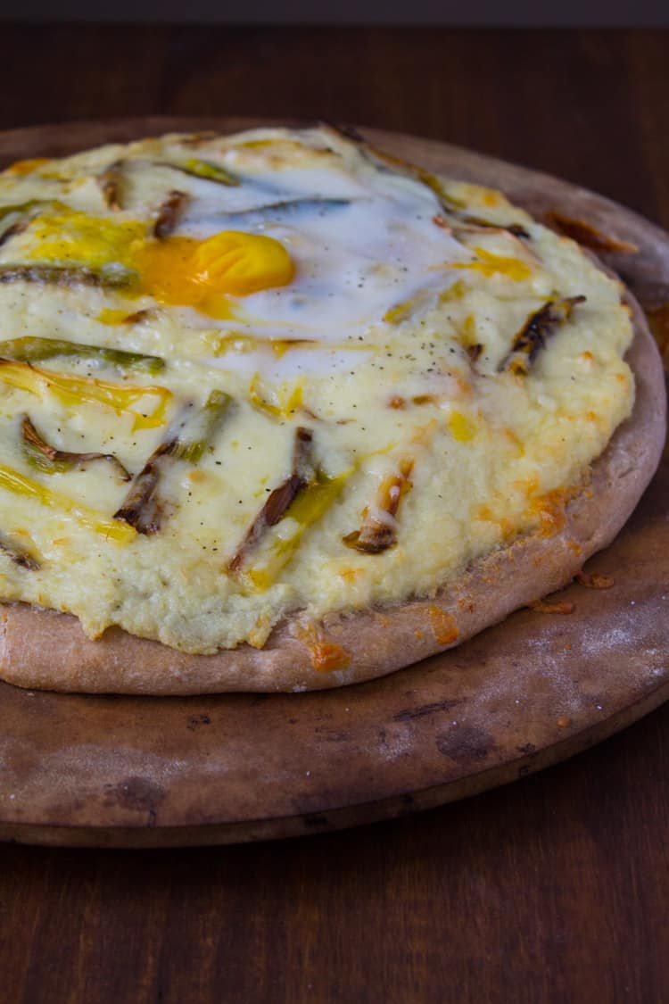 Mashed Cauliflower and Roasted Leek Pizza | @TheFoodieDietitian