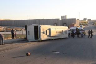 Tırla çarpışan servis otobüsü devrildi: 17 yaralı