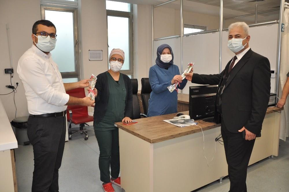 Karaman İl Sağlık Müdürü Kurşun'dan sağlık çalışanlarına karanfil