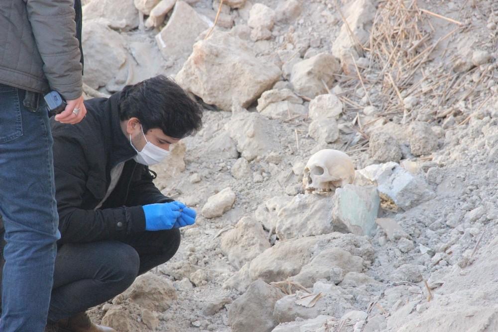 Yıkılmış metruk evin hafriyat temizliği sırasında insan kafatası bulundu
