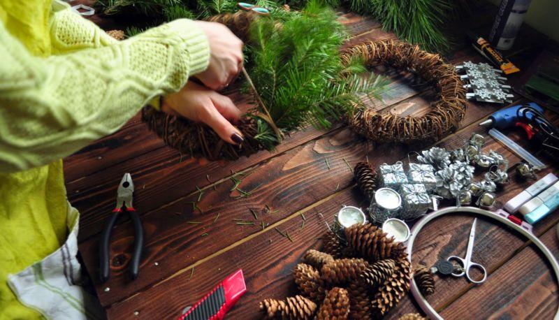 La ghirlanda del nuovo anno fai da te stesso. 12 lezioni master per la fabbricazione di ghirlande in fase di casa 35