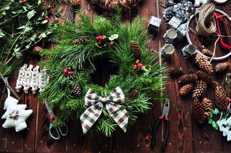 Жаңа жылдық гүл шоқтарын өзіңіз жасайды. Үй сатысында гүл шоқтарын өндіруге арналған 12 шеберлік сабағы 32