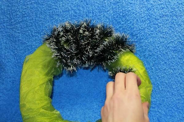 Жаңа жылдық гүл шоқтарын өзіңіз жасайды. Үйде гүл шоқтарын өндіруге арналған 12 шеберлік сабағы 15