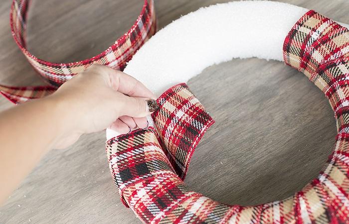 La ghirlanda del nuovo anno fai da te stesso. 12 lezioni master per la fabbricazione di ghirlande a casa stadio 25