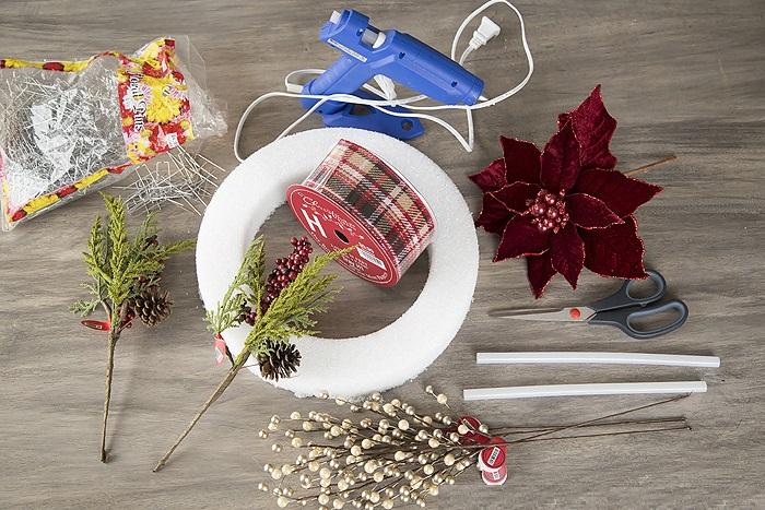 La ghirlanda del nuovo anno fai da te stesso. 12 classi master per la fabbricazione di ghirlande in fase di casa 23