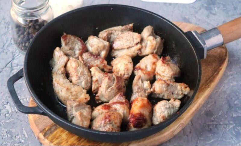 Carne de porco em uma frigideira: 9 Receitas simples e deliciosas Estágio 26