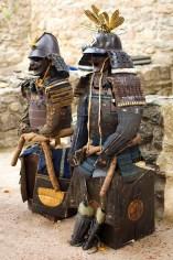 Pełne zbroje samurajskie.
