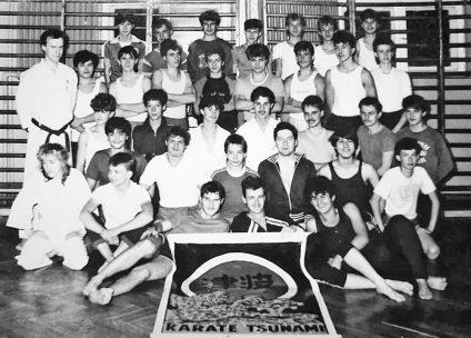 Wiceprezes ds. szkoleniowych Krzysztof Liminowicz wraz z grupą początkującą (październik 1987 roku)