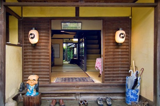 Entrada a casa tradicional japonesa