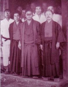 Profesores okinawenses de Karate fotografiados en Japón...